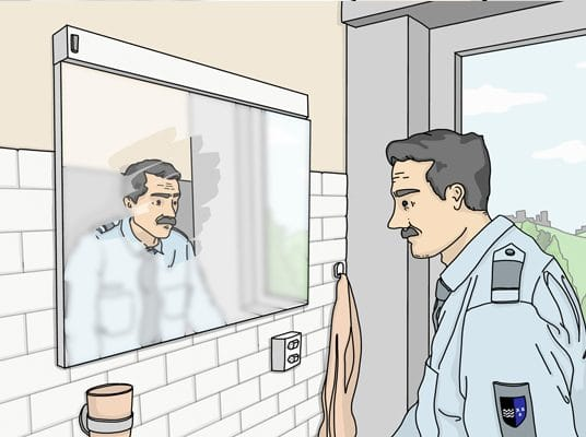 Polizist vor Spiegel