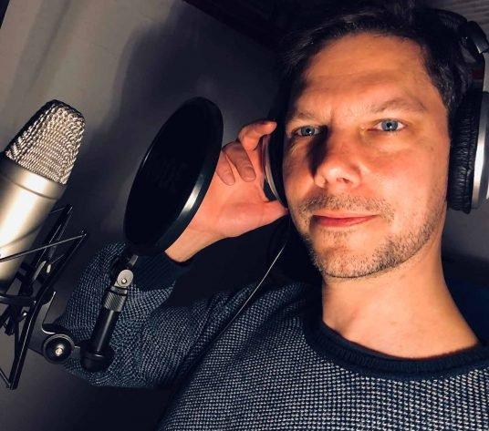 Simon Libsig am Mikrofon