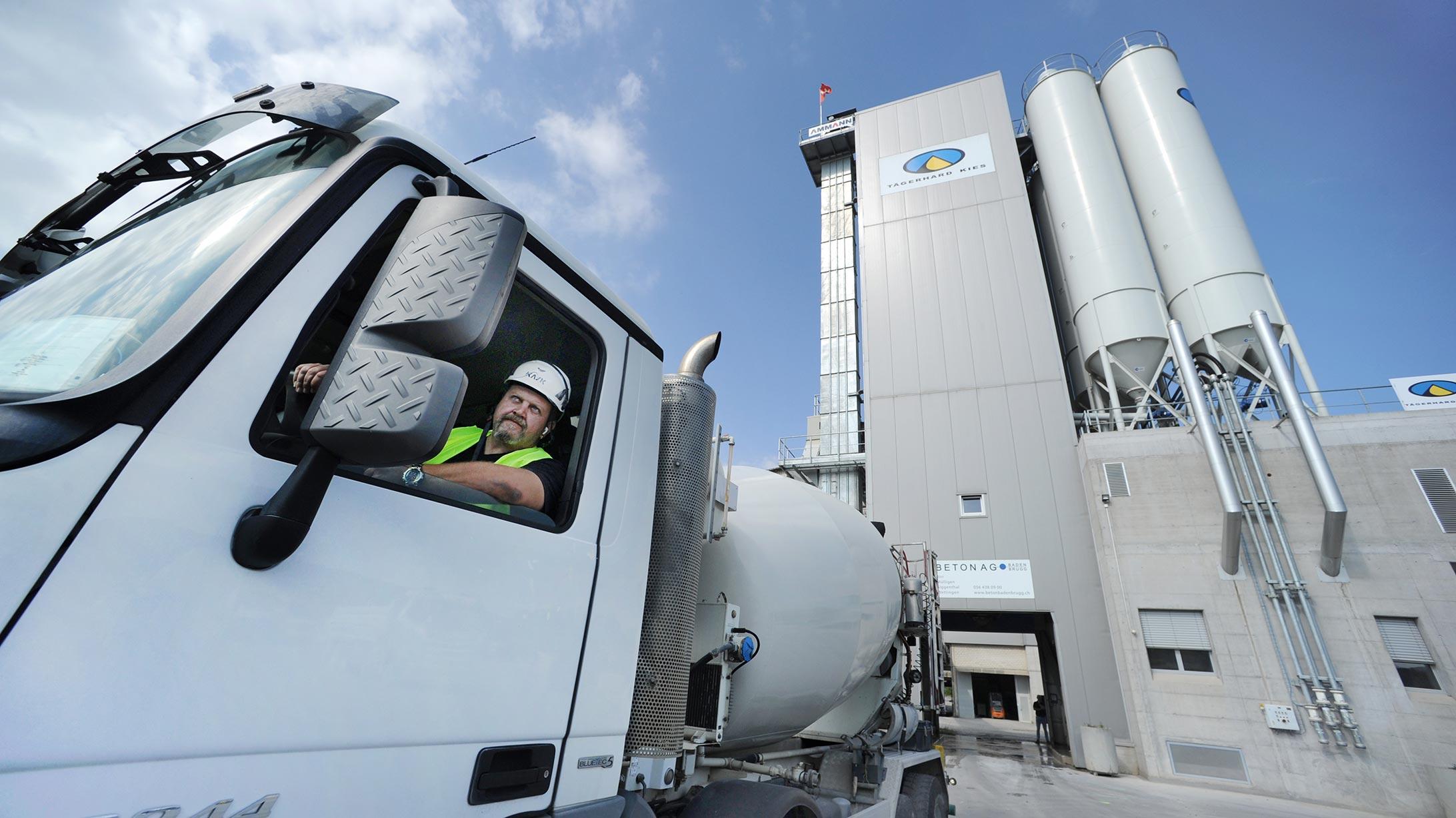 Der Lastwagenfahrer Dalibor Smiljanic in seinem Mischfahrzeug
