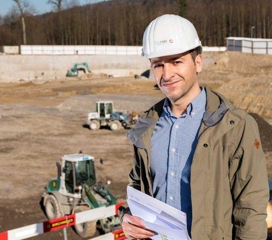 Bauleiter Xhevdet Mahmutaj auf der Baustelle