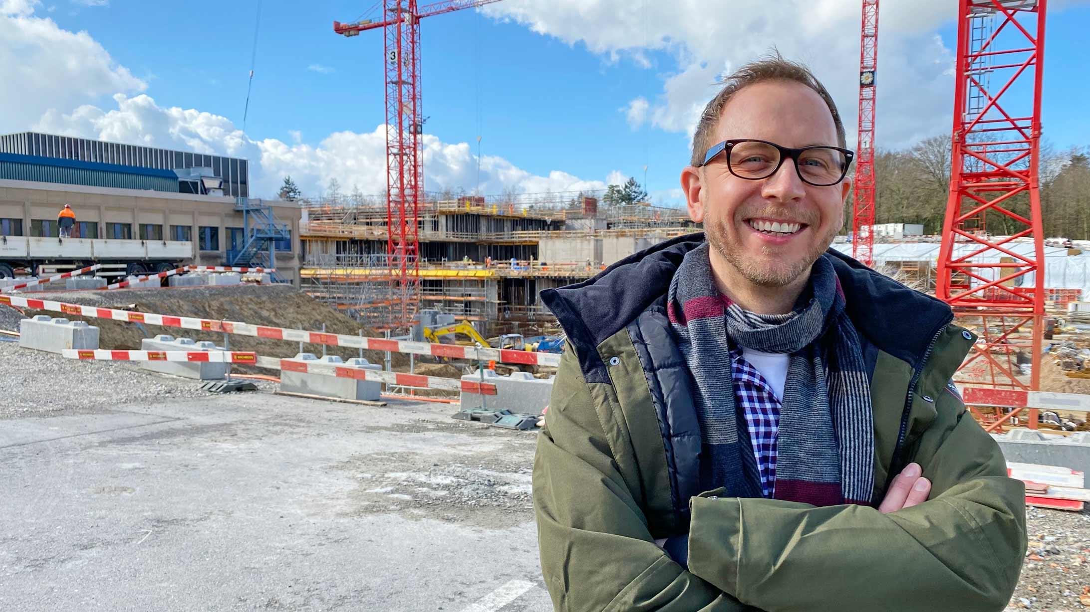André Schneider vor der Baustelle